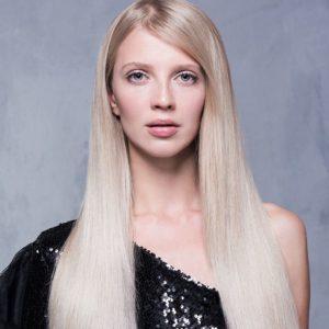 Una modella dai lunghi capelli biondi e lisci.